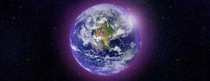 Planeta Tierra brillando envuelto en llama violeta