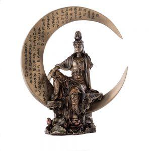 Estatua Kuan Yin agua y luna en luna creciente