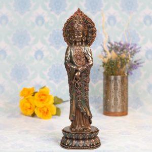 Estatua Kuan Yin de pie con cuentas budistas