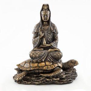 Estatua Kuan Yin elevándose del mar sobre una tortuga