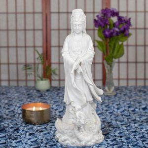 Estatua Kuan Yin parada sobre dragón mármol
