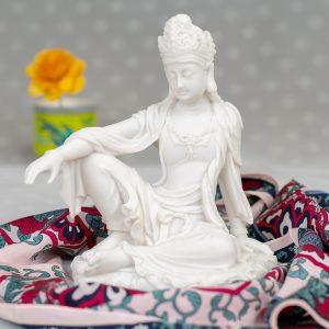 Estatua Kuan Yin pose realeza marmol